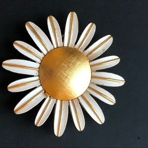Vintage gold tone white daisy flower pin brooch